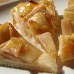 Грушевый пирог с яблоками и абрикосовым повидлом