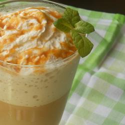 Ледяной кофе латте с карамелью