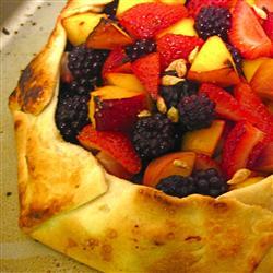 Пирог со свежими персиками и свежими фруктами