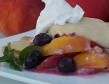 Пирог с персиками консервированными и ежевикой
