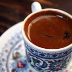 Чистая чашка с готовым кофе