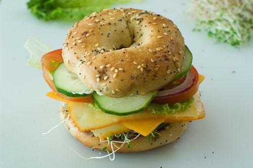 Бублик-гамбургер с овощами и сыром